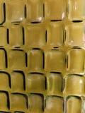 acercamiento al vidrio en color amarillo con diseño geométrico, el fondo y la textura imagen de archivo libre de regalías