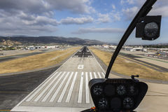 Acercamiento Burbank California de la pista del aeropuerto Fotografía de archivo libre de regalías