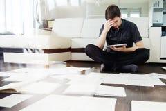 Acercamiento creativo al negocio, inspirándose sentarse en el piso en el apartamento el efecto de la exposición doble fotos de archivo libres de regalías