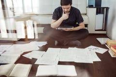 Acercamiento creativo al negocio, inspirándose sentarse en el piso en el apartamento el efecto de la exposición doble fotos de archivo