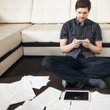 Acercamiento creativo al negocio, inspirándose sentarse en el piso en el apartamento el efecto de la exposición doble imagenes de archivo