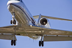 Acercamiento de aterrizaje de aeroplano imagen de archivo libre de regalías