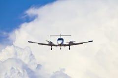 Acercamiento de aterrizaje de aeroplano Foto de archivo