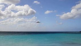 Acercamiento de aterrizaje del avión de pasajeros Philipsburg, San Martín almacen de metraje de vídeo