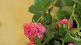 Acercamiento de la cámara a las rosas en la tabla metrajes