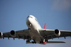 Acercamiento de Qantas A380 a la pista Foto de archivo libre de regalías