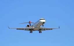 Acercamiento del avión de pasajeros Foto de archivo