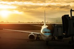Acercamiento del avión de pasajeros a pertenecer cargado antes de la salida f fotografía de archivo libre de regalías