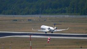 Acercamiento del bombardero CRJ-900 de Lufthansa Regional metrajes