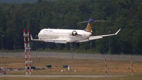 Acercamiento del bombardero CRJ-900 de Lufthansa Regional almacen de metraje de vídeo
