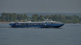 Acercamiento del bote pequeño el embarcadero Navegación del barco en el río HD almacen de metraje de vídeo