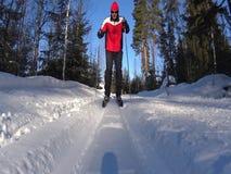 Acercamiento del hombre del esquí del campo a través metrajes
