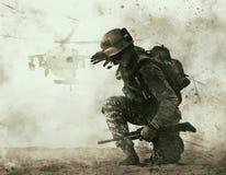 Acercamiento del soldado de los E.E.U.U. y del helicóptero de combate foto de archivo libre de regalías