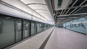 Acercamiento del tren de Kennedy Town Station - la extensión de la línea de la isla al distrito occidental, Hong Kong Imagen de archivo