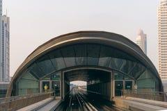 Acercamiento ferroviario a una estación de tránsito en Dubai Fotografía de archivo