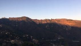 Acercamiento gradual de la oscuridad en las montañas california almacen de video