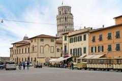 Acercamiento a la torre inclinada de Pisa, Italia Foto de archivo