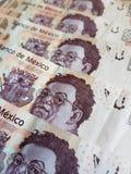 acercamiento a las cuentas mexicanas apiladas Imágenes de archivo libres de regalías