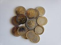 acercamiento a las monedas euro en la tabla blanca imagenes de archivo