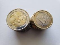 acercamiento a las monedas euro en la tabla blanca fotografía de archivo libre de regalías