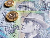 acercamiento a los billetes de banco australianos de diez dólares y a las monedas de una libra, fondo y textura esterlinas imágenes de archivo libres de regalías