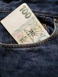 acercamiento para afrontar el bolsillo de vaqueros en azul con el billete de banco checo foto de archivo