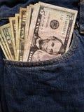 acercamiento para afrontar el bolsillo de vaqueros en azul con los billetes de banco americanos fotografía de archivo libre de regalías