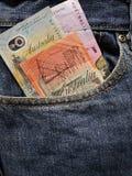 acercamiento para afrontar el bolsillo de vaqueros en azul con los billetes de banco australianos fotos de archivo