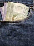 acercamiento para afrontar el bolsillo de vaqueros en azul con los billetes de banco chilenos fotos de archivo