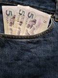acercamiento para afrontar el bolsillo de vaqueros en azul con los billetes de banco chinos imágenes de archivo libres de regalías