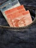 acercamiento para afrontar el bolsillo de vaqueros en azul con los billetes de banco de Costa Rican imagen de archivo libre de regalías