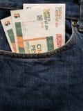 acercamiento para afrontar el bolsillo de vaqueros en azul con los billetes de banco cubanos fotos de archivo libres de regalías