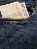 acercamiento para afrontar el bolsillo de vaqueros en azul con los billetes de banco daneses imagenes de archivo