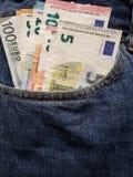 acercamiento para afrontar el bolsillo de vaqueros en azul con los billetes de banco europeos fotos de archivo libres de regalías