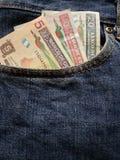 acercamiento para afrontar el bolsillo de vaqueros en azul con los billetes de banco guatemaltecos imagenes de archivo