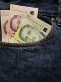 acercamiento para afrontar el bolsillo de vaqueros en azul con los billetes de banco singapurenses imágenes de archivo libres de regalías