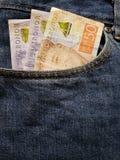 acercamiento para afrontar el bolsillo de vaqueros en azul con los billetes de banco suecos imagen de archivo libre de regalías