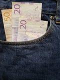 acercamiento para afrontar el bolsillo de vaqueros en azul con los billetes de banco suecos fotos de archivo