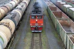 Acercamiento rojo de la locomotora fotografía de archivo