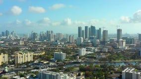 Acercamiento video del abejón aéreo hermoso de Miami céntrica FL metrajes