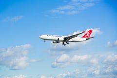 Acercamiento y aterrizaje de Airbus A330 fotos de archivo