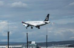 Acercamiento y aterrizaje de Airbus A320 foto de archivo libre de regalías
