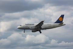 Acercamiento y aterrizaje de Airbus A319 fotografía de archivo