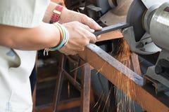Acero de acero de Grinding de la amoladora para conseguir la agudeza imagen de archivo