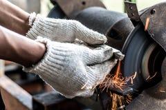Acero de acero de Grinding de la amoladora para conseguir la agudeza fotografía de archivo libre de regalías