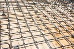 Acero de la malla de alambre en piso en el emplazamiento de la obra Foto de archivo