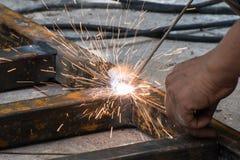 Acero de la soldadura de Woker con la iluminación de las chispas Foto de archivo libre de regalías