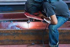 Acero de la soldadura del trabajador con electricidad Foto de archivo libre de regalías