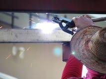 Acero de la soldadura del trabajador sin la protección Foto de archivo