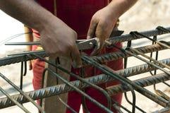 Acero de refuerzo de los lazos del trabajador de construcción Imagen de archivo libre de regalías